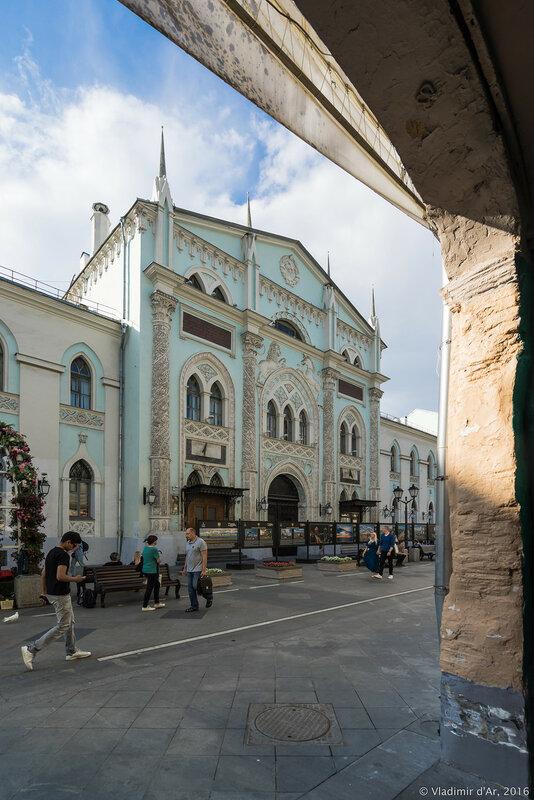 Вид из арки Чижевского подворья на Никольскую улицу.