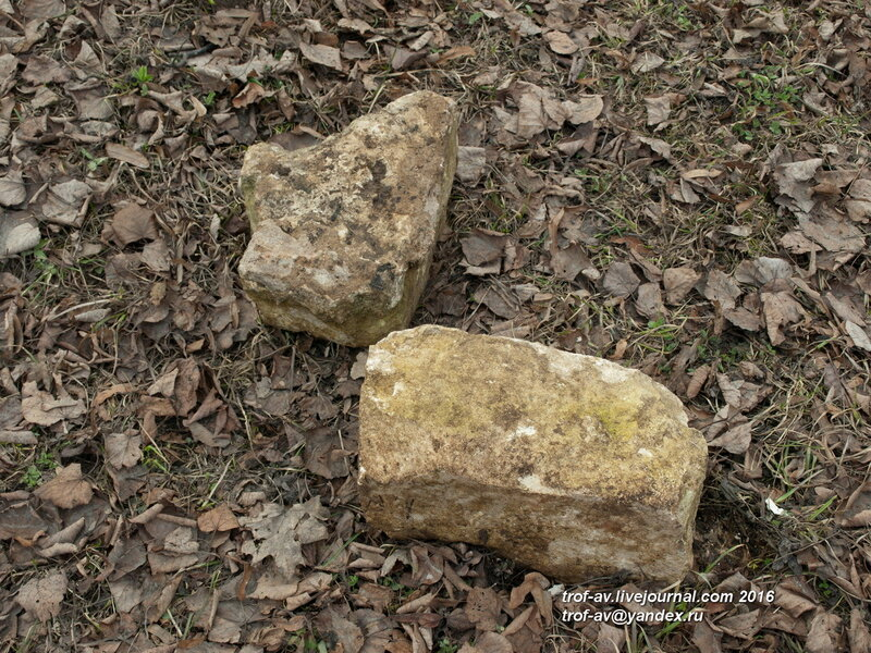 Остатки древних надгробий в Дубках