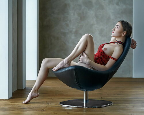 Девушки в кресле. 18+