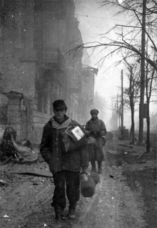 Советский солдат конвоирует пленного немца в Виннице