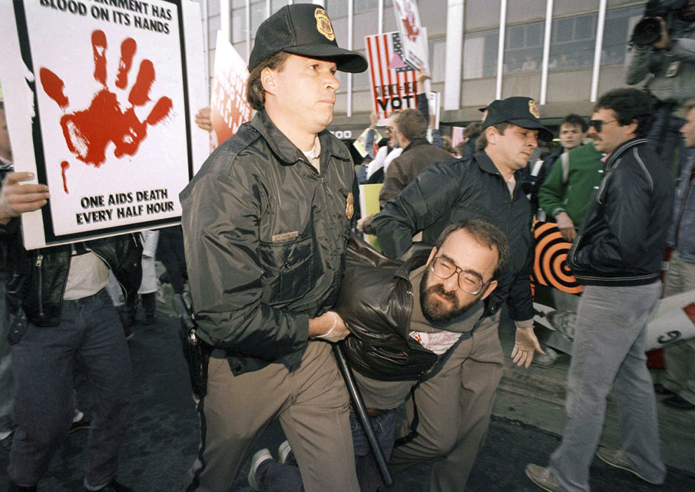 Протестующего уводят с демонстрации у штаб-квартиры Управления по санитарному надзору за качеством п
