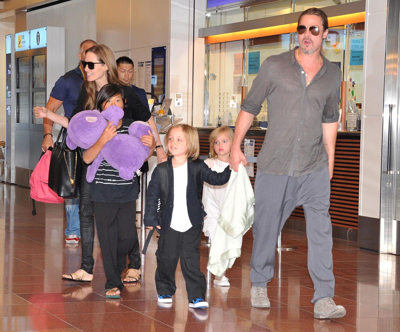 Анджелина Джоли и Брэд Питт Близнецам Вивьен и Ноксу по восемь лет. У них есть четверо братьев и сес