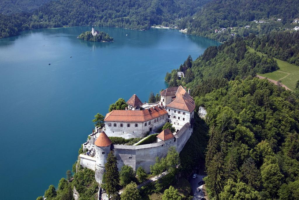 Одно из самых неприступных сооружений в мире следует искать в Словении, здесь на вершине 130-метрово