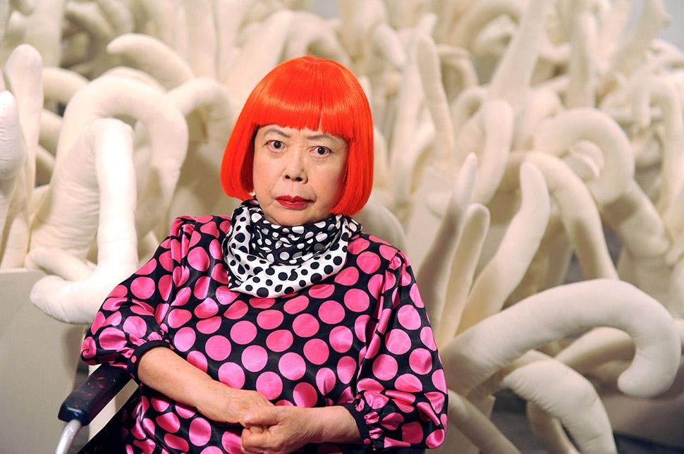 Яёи Кусама во время ретроспективы ее работ в Музее современного искусства Уитни в Нью-Йорке в 2012 г