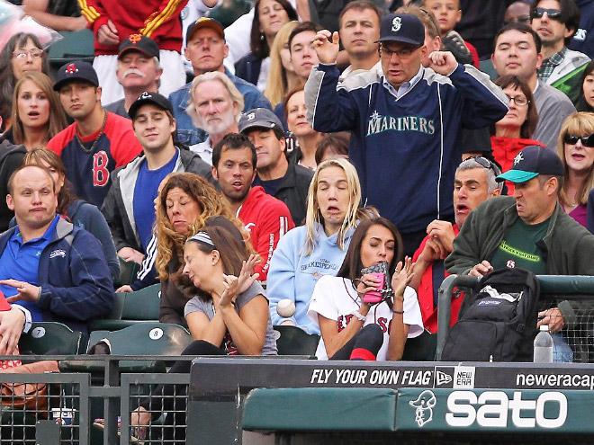 Заметьте, насколько разная у всех реакция на летящий мяч.