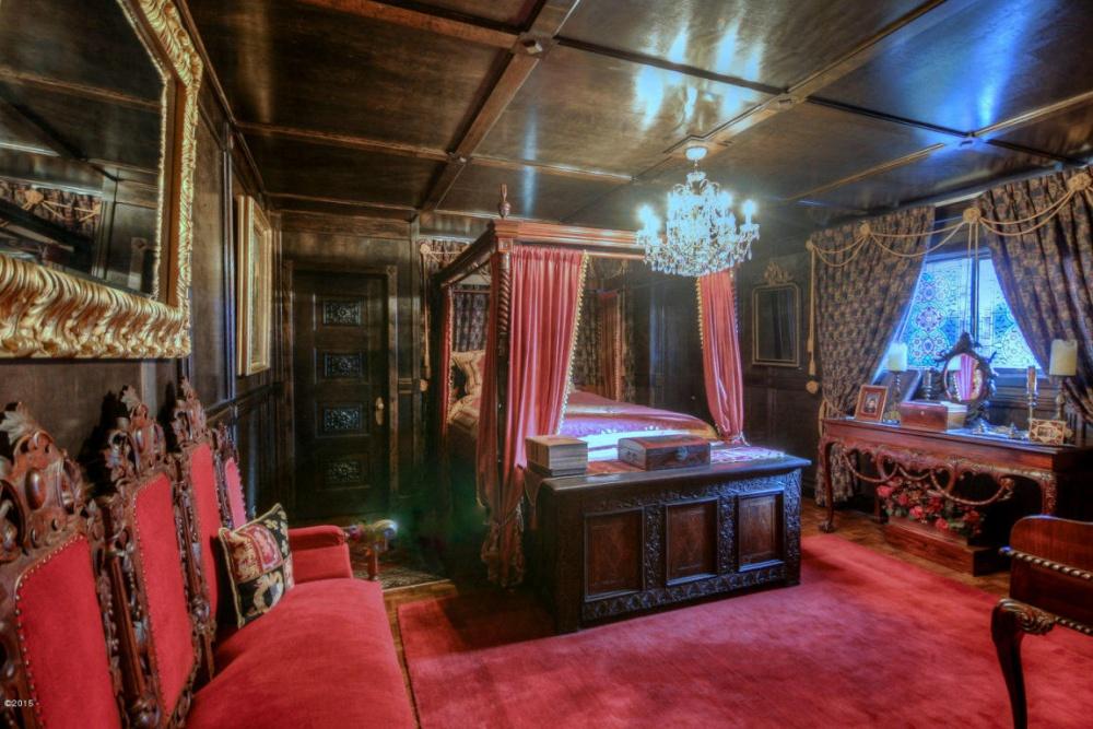 Пословам хозяйки, сундук уизножья кровати датируется началом XIвека. Кроме того, гостевую украшае