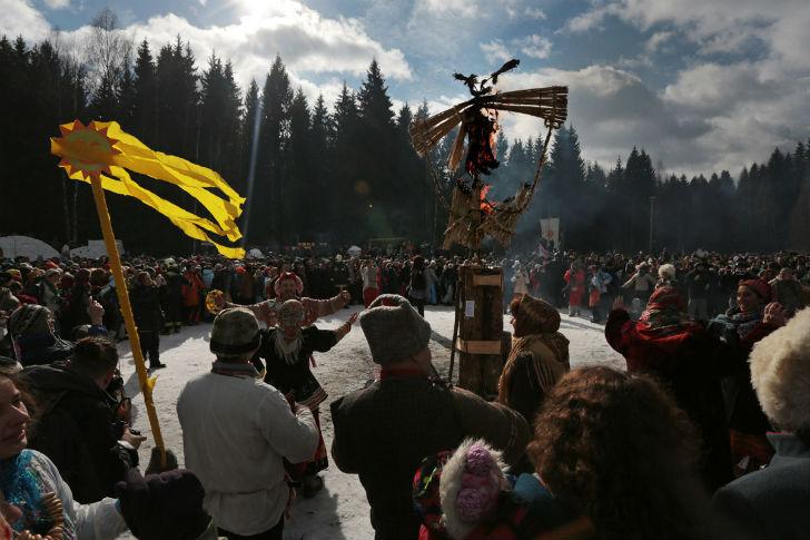 После взятия крепости праздник продолжается, впереди — сожжение чучела Масленицы.