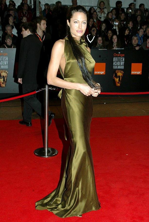 В длинном атласном платье оливкового цвета Анджелина Джоли пришла на премию BAFTA, в то время ка