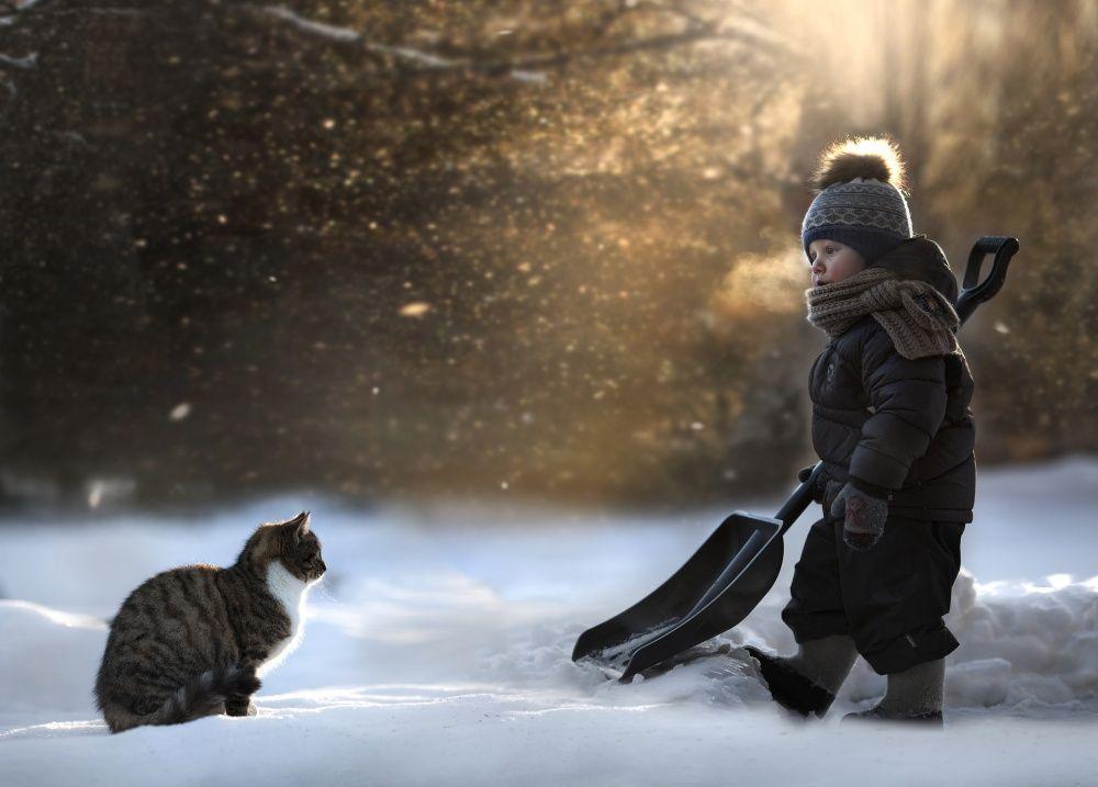 6. Вдвоем любая работа проходит веселее! Даже если тебе не торопятся помогать. (© Elena Shumilova)
