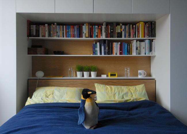 Легкие полки для книг исувениров, встроенные впространство спальни, позволят полностью задействова