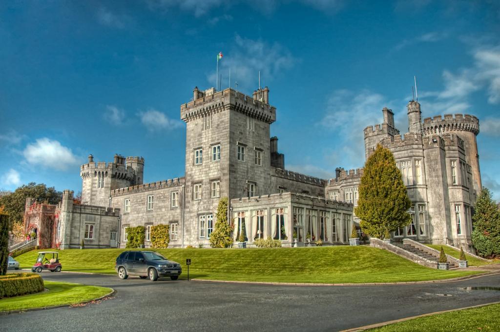 Ирландия. Клэр. Замок Дромоланд. Здание используется в качестве отеля с 1962 года и включает в с