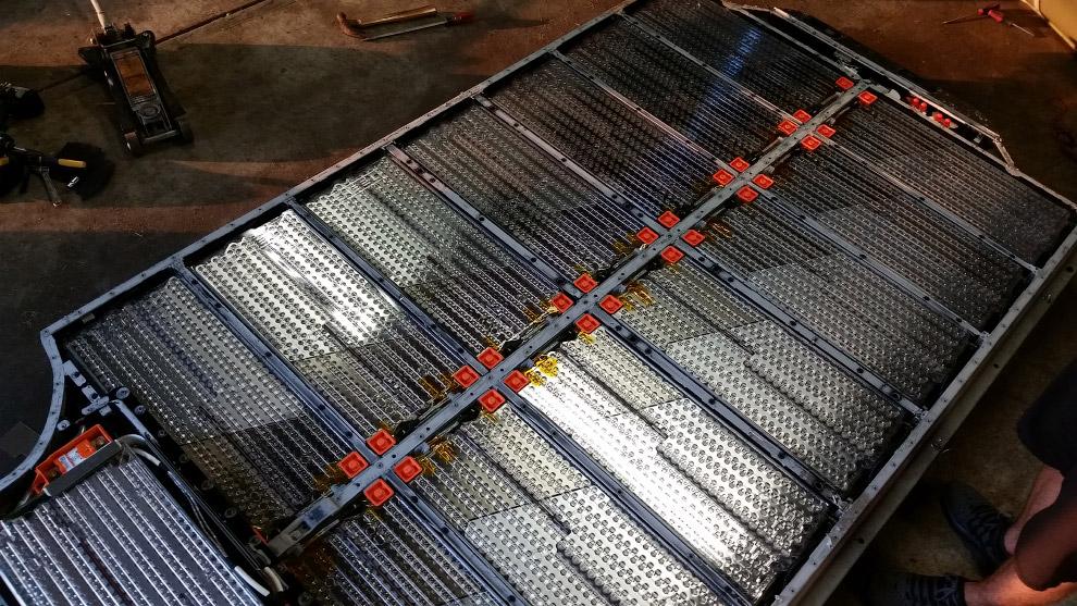 В роли положительного электрода служит графит, а отрицательного — никель, кобальт и оксид алюми