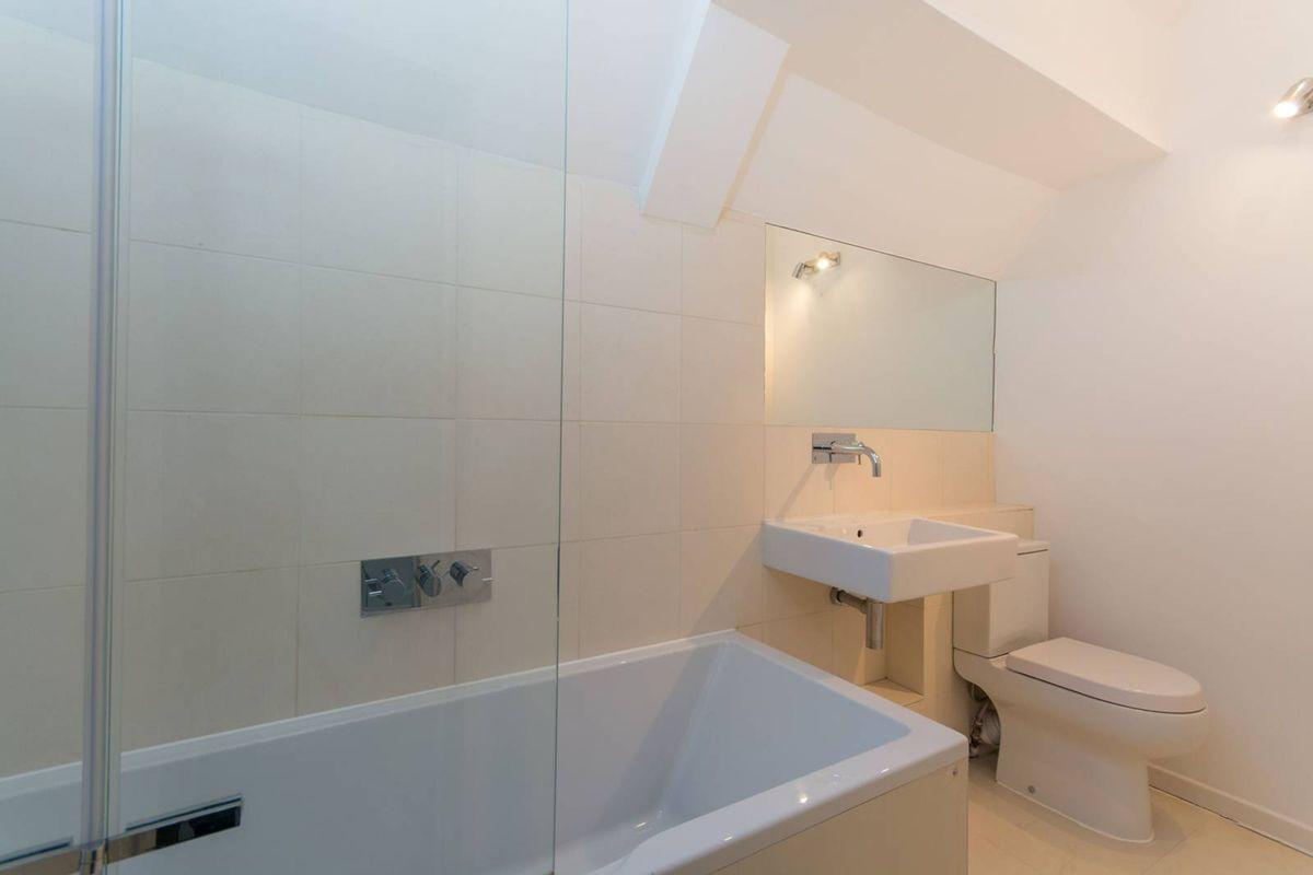 Недавно оборудованная ванная комната находится на втором этаже жилища.