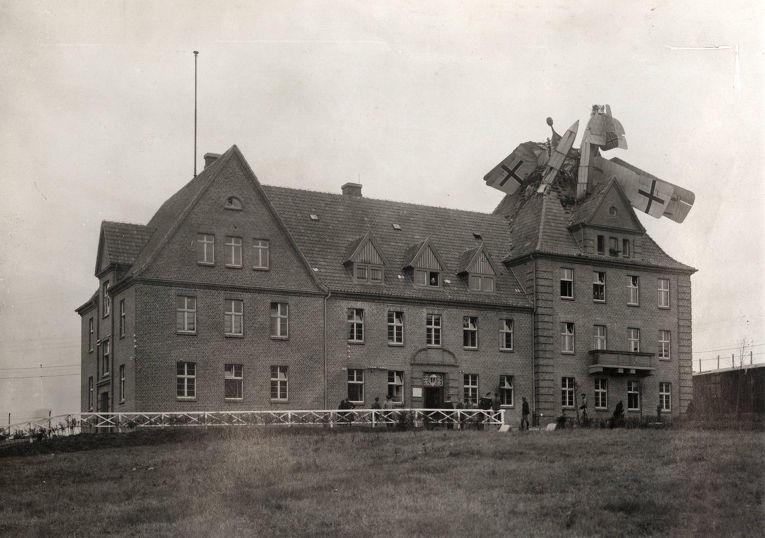 14. Немецкий гидросамолет «Фридрихсхафен», упавший на здание в Германии, 1918 год.