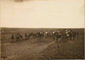 Солдаты 4-й роты 7-го железнодорожного батальона укладывают земляное полотно во время постройки полевой конной железной дороги.