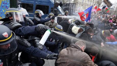 Встолице франции экстренно закрыли Эйфелеву вышку