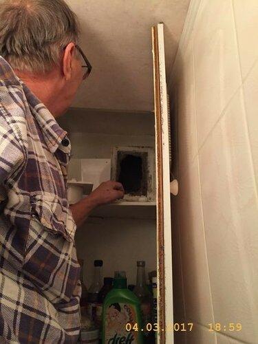 В шкафу за унитазом  поставим вентилятор