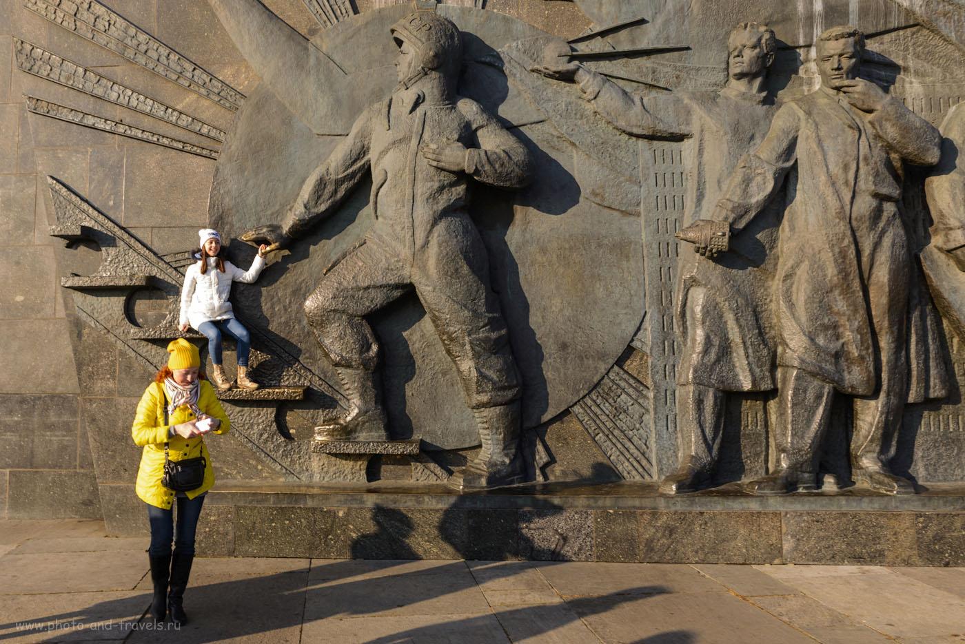 Фото 4. Фигуры у основания Монумента покорителям космоса. Какие интересные места можно увидеть в Москве за несколько часов. 1/50, +1.0, 9.0, 100, 24.