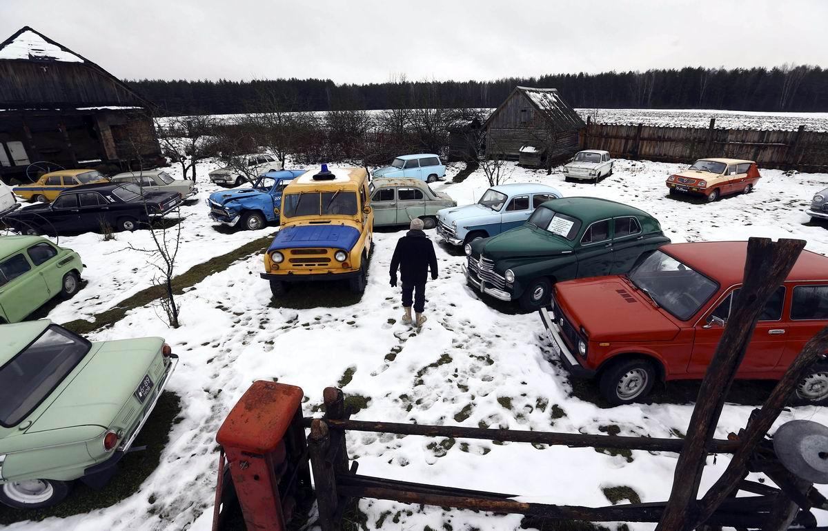 Сбылась мечта детства: Полная коллекция советских легковых авто посреди большого двора