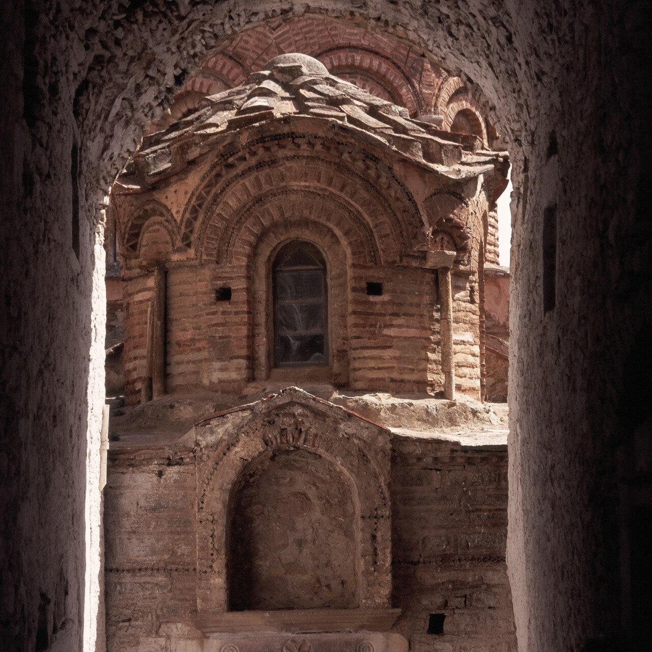 Южный Хиос. Пирги.  Византийская церковь Святых Апостолов. Дверной проем в передней части церкви