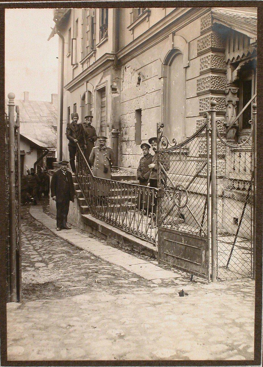 02. Группа военных и гражданских лиц около дома, на месте падения бомбы , сброшенного на ул. Потоцкого 18-го ноября 1914 г. около 12 ч. дня