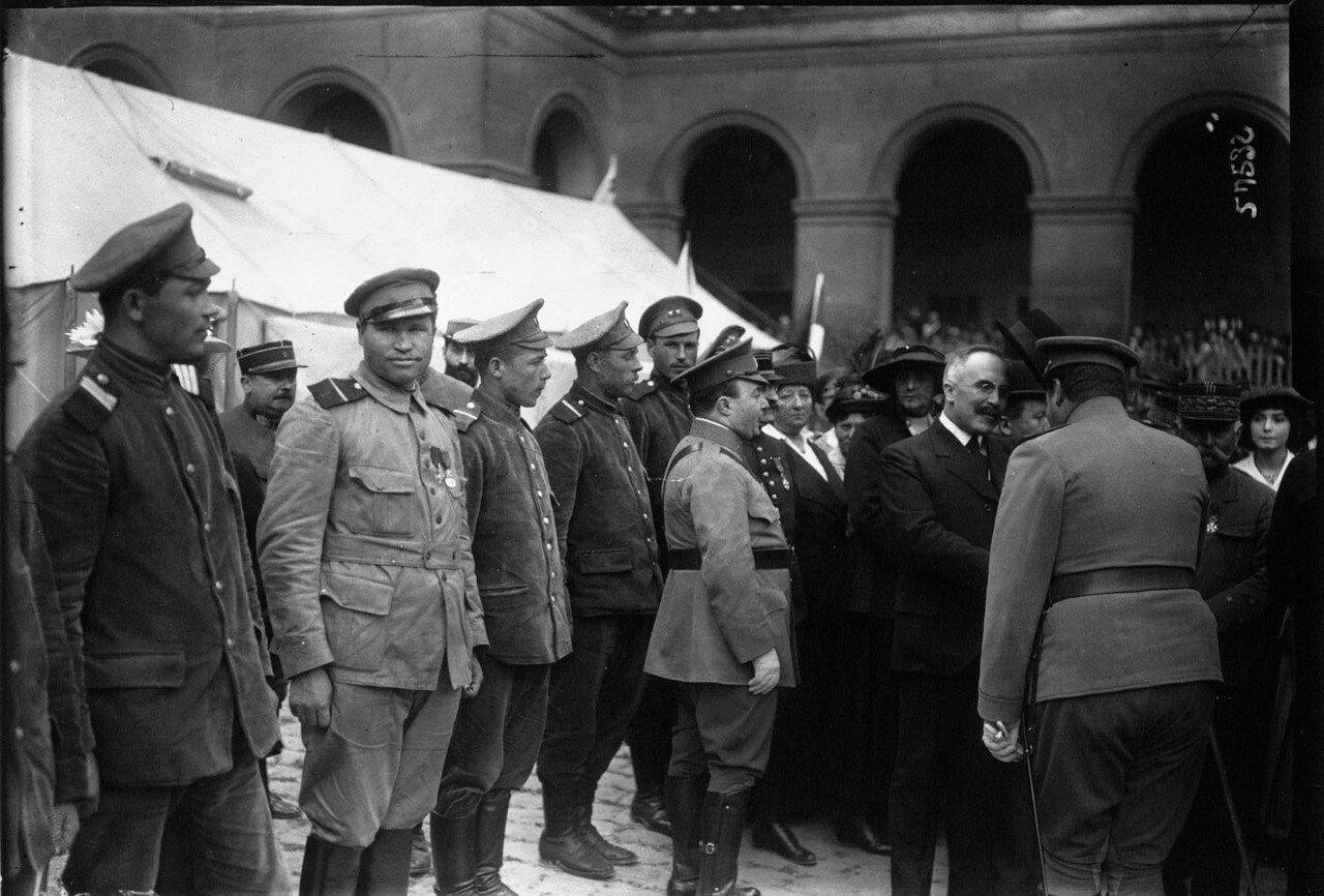 1915.  Г-н Джастин Годар с бежавшими из германского плена российскими военнослужащими