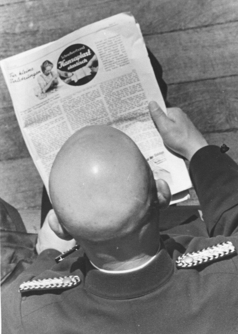 Куршская коса. Таможенник за чтением