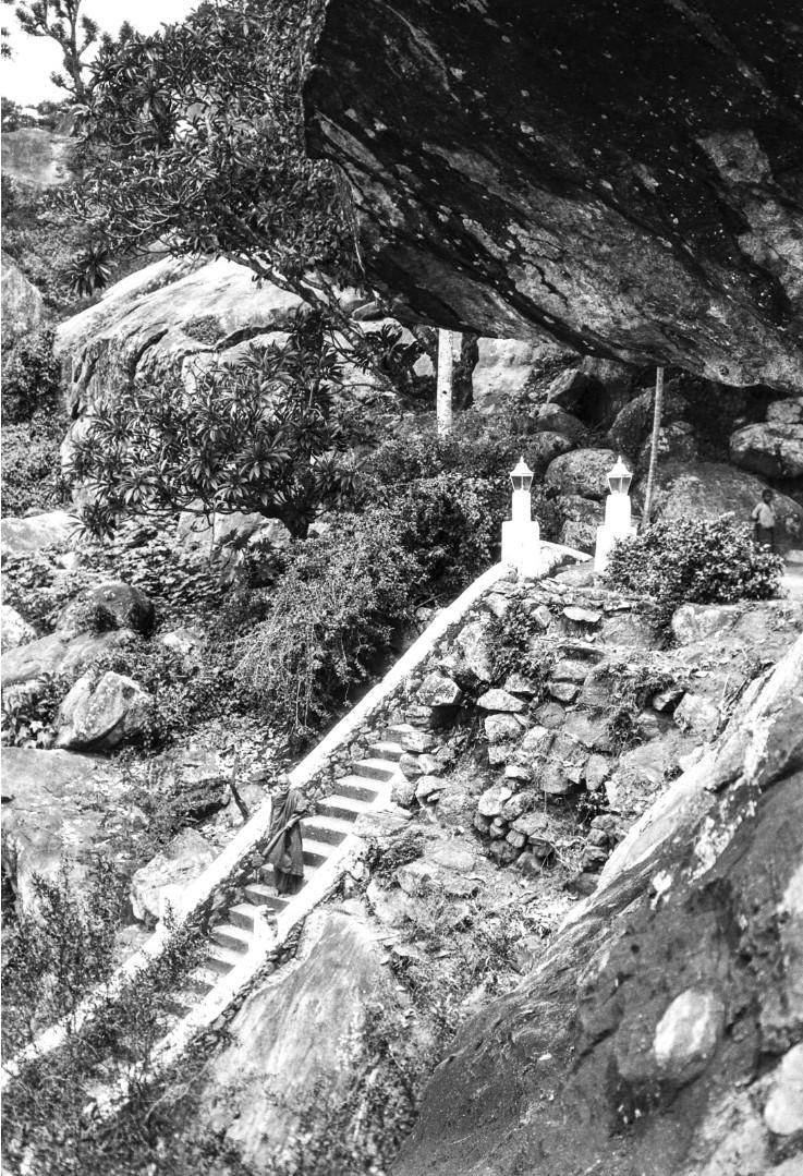 423. Лестница к горному храму. На ступенях стоит буддийский монах