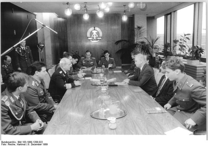 Bundesarchiv-Bild-183-1989-1208-022-Fotograf-Reiche-Hartmut1-700x492.jpg