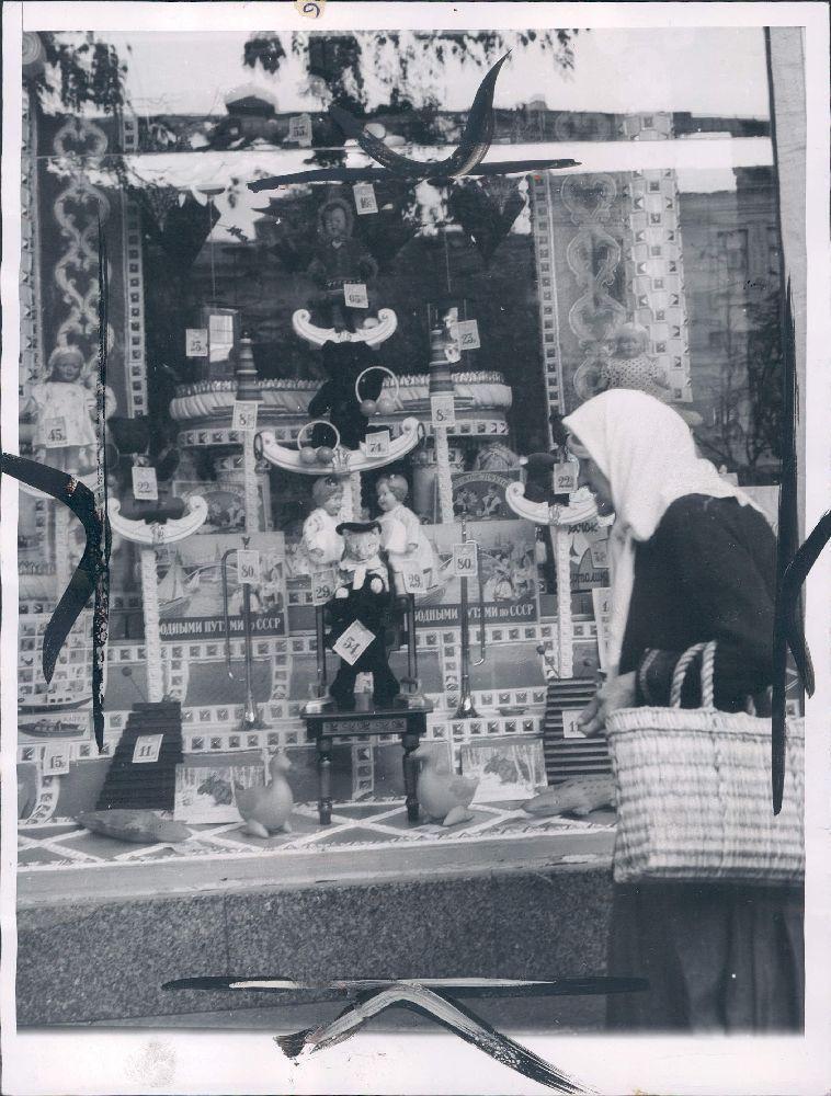 1955. Киев. Универмаг, витрина с игрушками.jpg