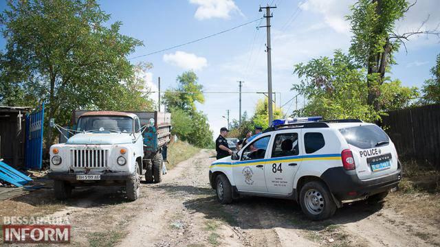 """Одна из ромских семей под охраной спецбатальона """"Шторм"""" вывезла свое имущество из Лощиновки. ФОТОрепортаж"""