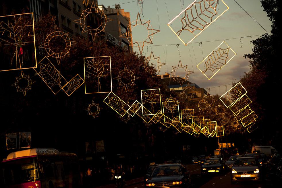 3. Солнце освещает рождественские украшения в Барселоне. Гирлянды и огни во многих городах Европы го