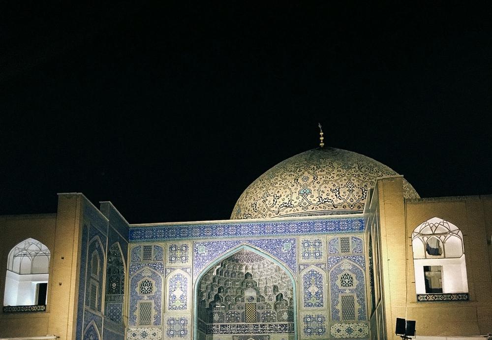 Мечеть шейха Лютфуллы на площади Накш-е Джахан в Исфахане. «В XVIII веке столица империи переехала и
