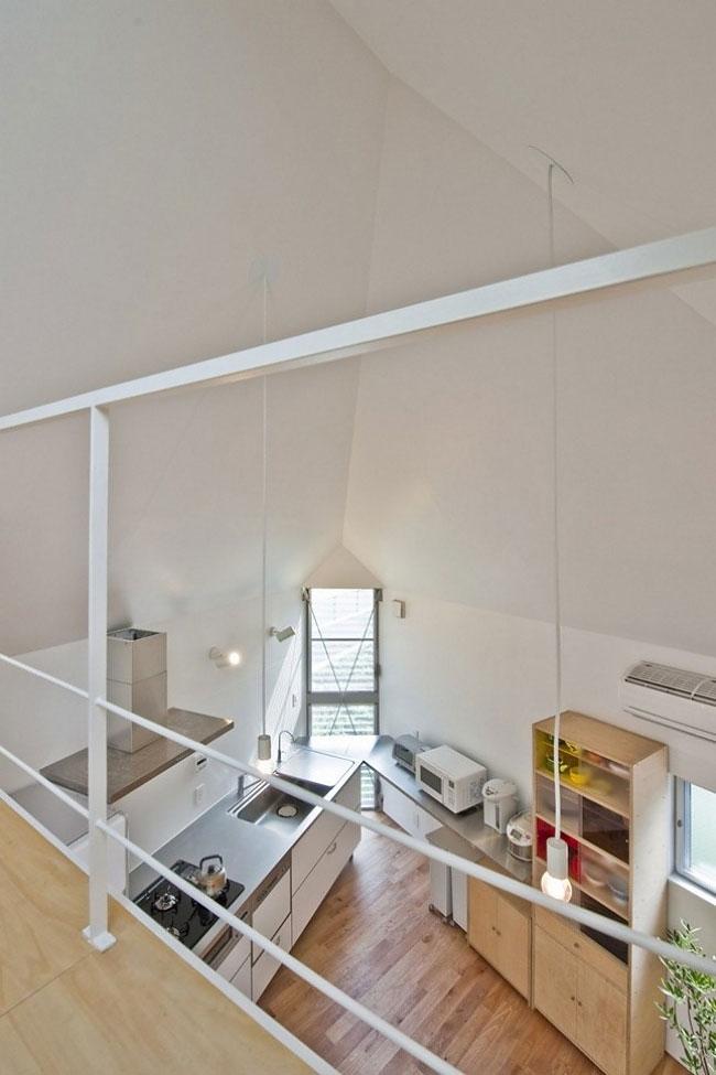 Интерьер в доме преимущественно минималистичен, стены выкрашены в белый цвет.