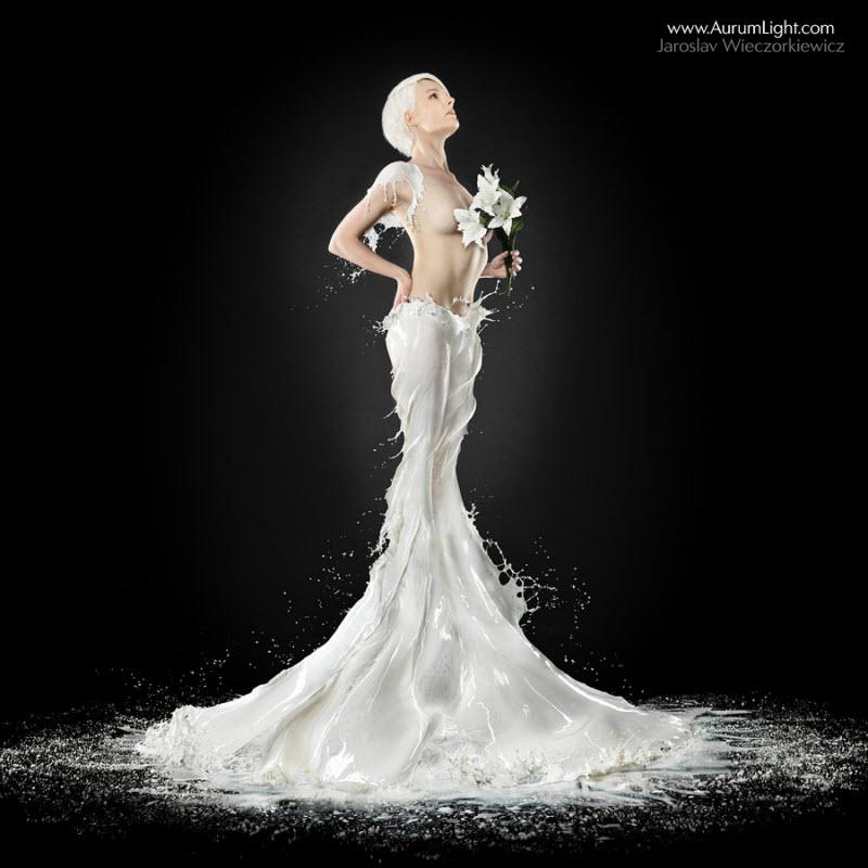 Сексуальные девушки в 'платьях' из молока и воды