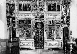 Иконостас и царские врата в монастырской церкви.