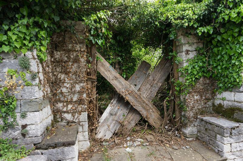 заброшенный дом в старинной деревне Дилофо (Dilofo), Загория, Греция