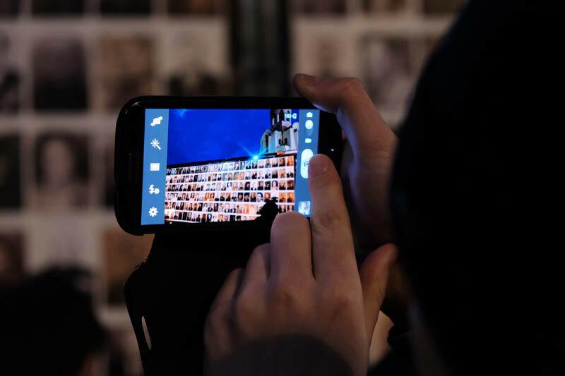 человек снимающий портреты героев на смартфон