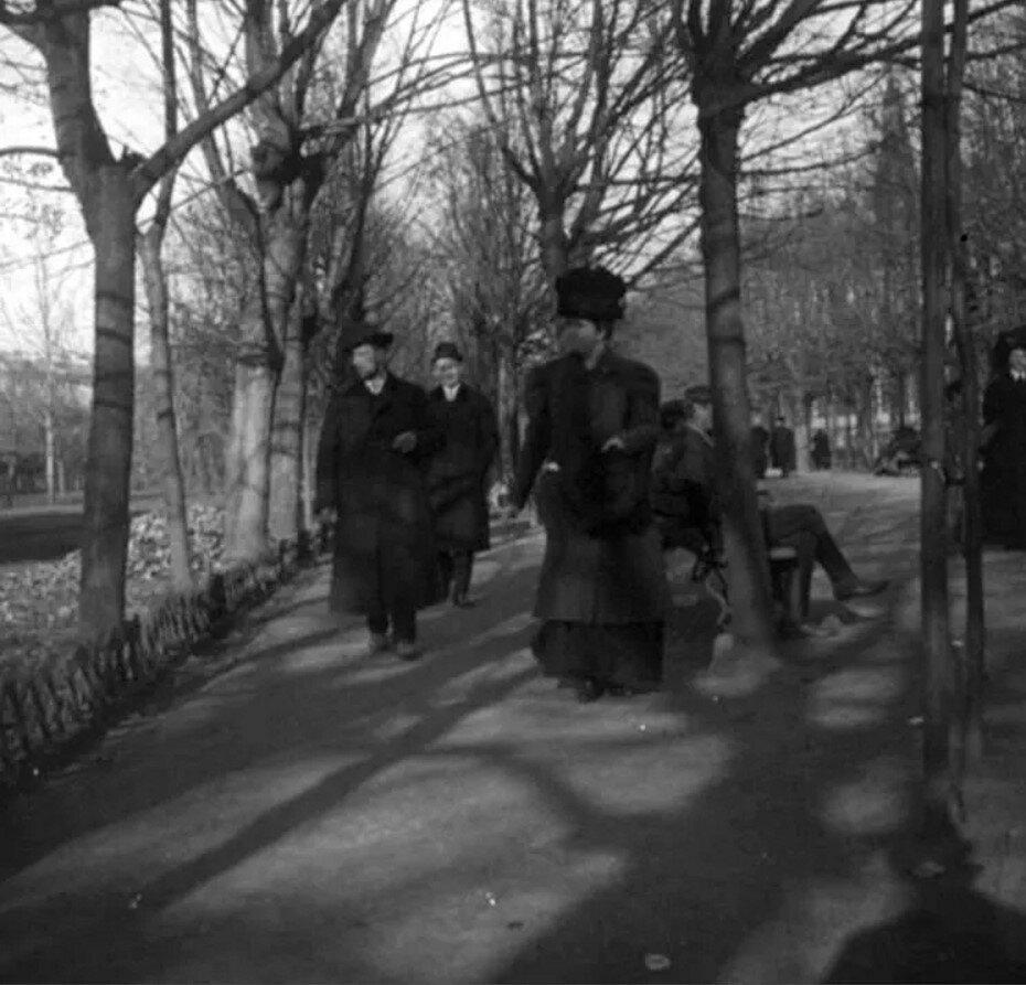 1910. Прогулка по Александровскому саду