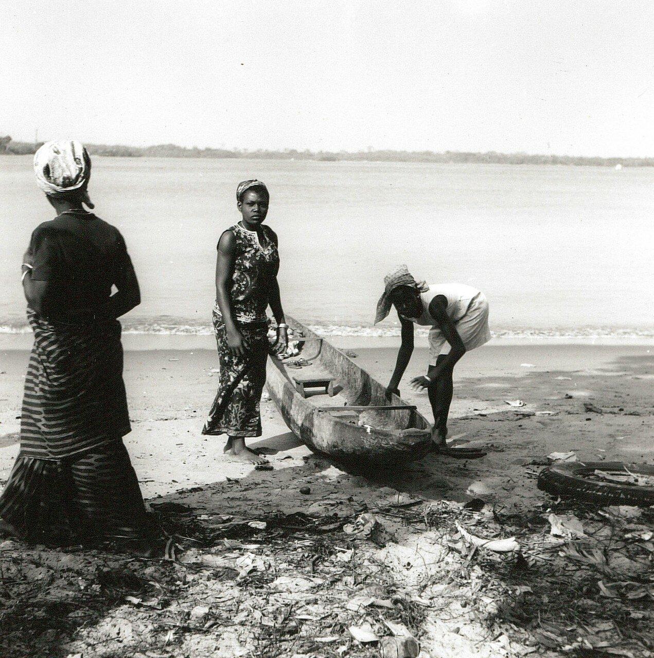 Сасандра. Местные женщины с лодкой на берегу