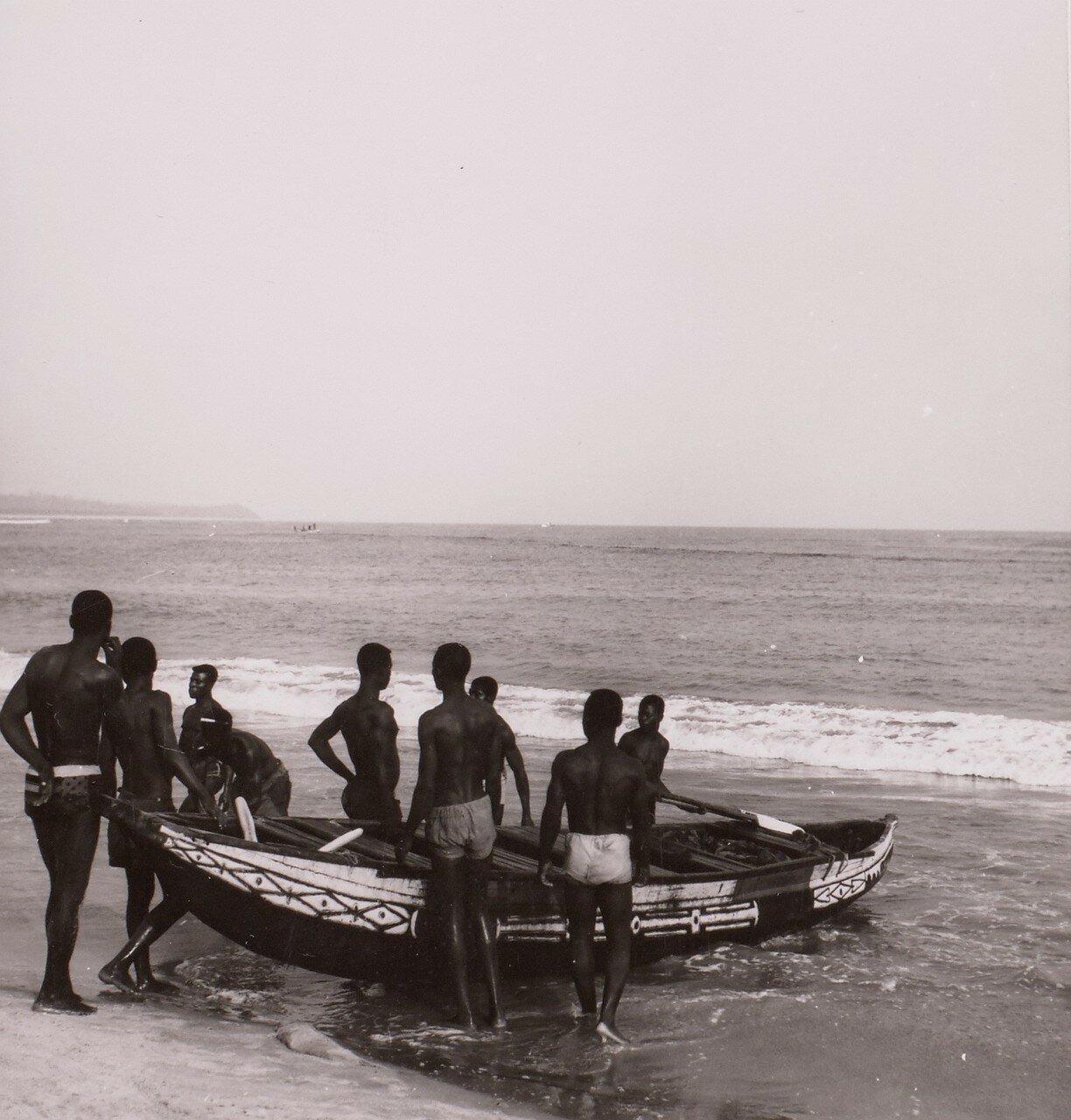 Сасандра. Рыбаки с лодками на берегу