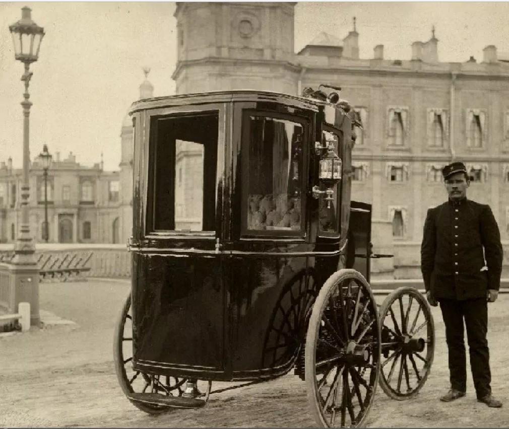 Электромобиль Ипполита Романова на фоне Гатчинского дворца