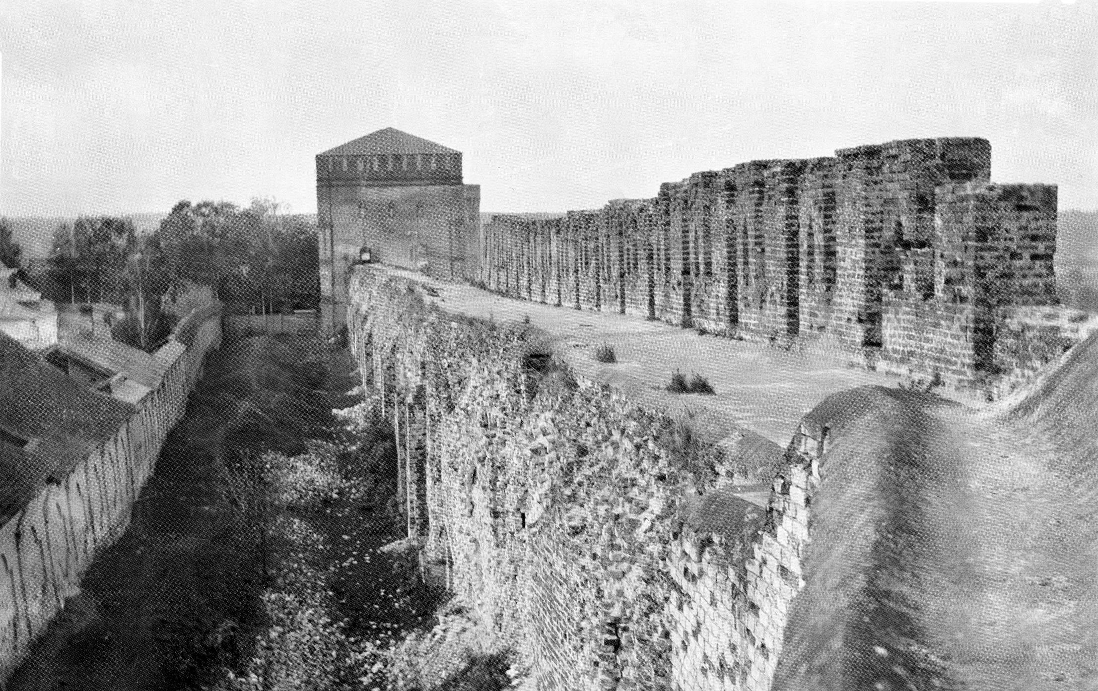 Вид от Заалтарной башни на Авраамиевскую проездную башню. 1913