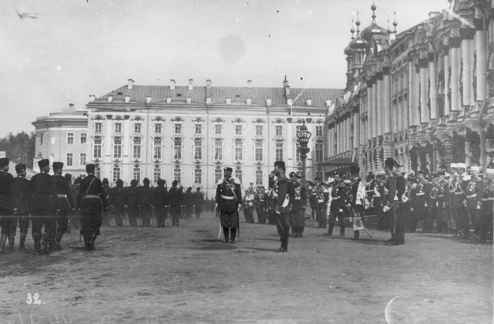 Император Николай II принимает парад 1-го, 2-го, 4-го батальонов лейб-гвардии стрелковой бригады