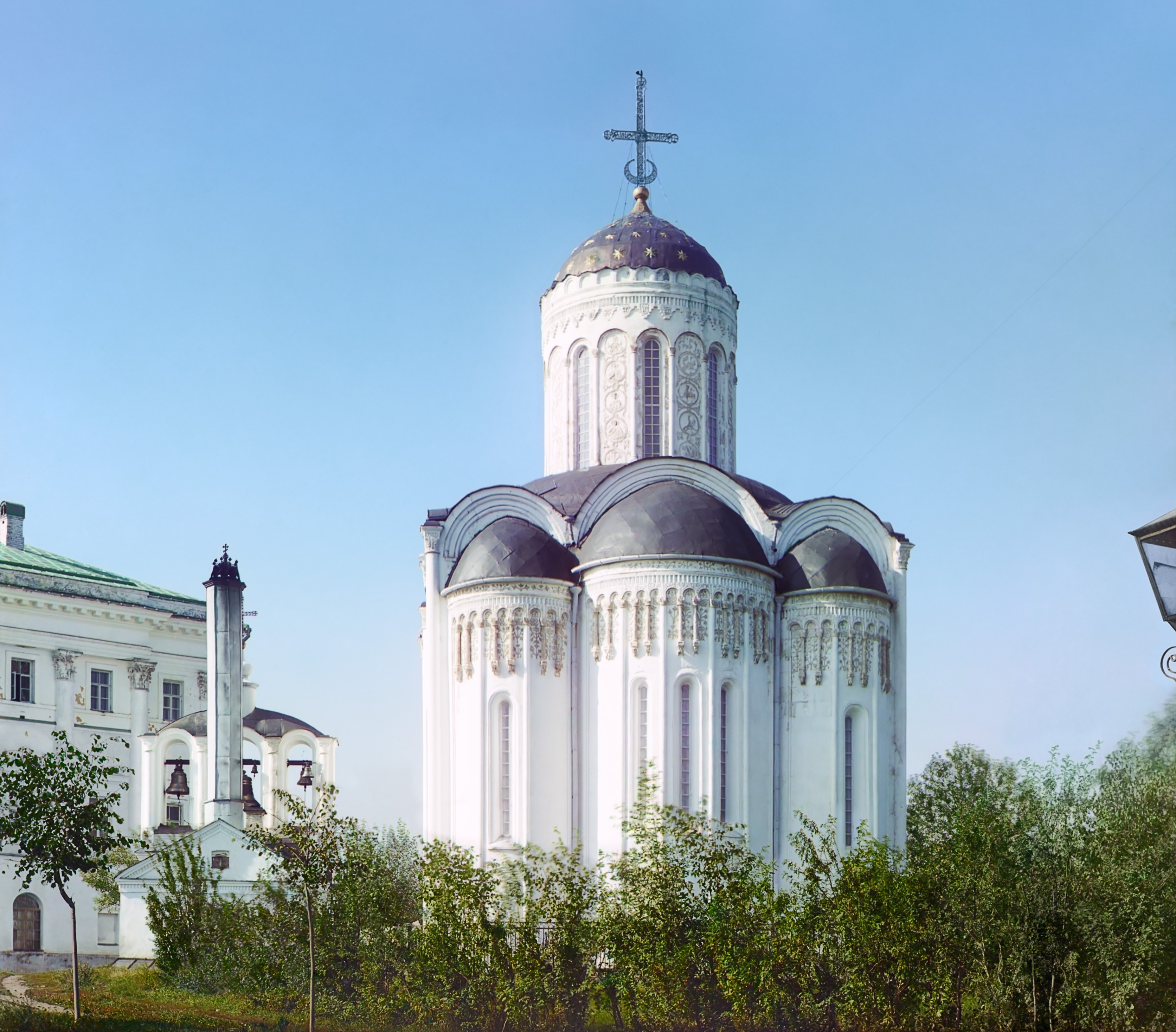 Дмитриевский собор. Алтарная сторона