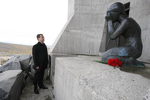Президент Медведев у памятника Маска скорби 24 сент. 2008