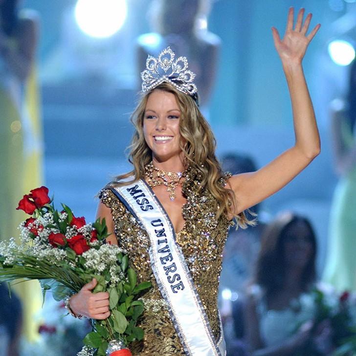 Дженнифер Хоукинс, Австралия. «Мисс Вселенная — 2004». 21 год, рост 180 см, параметры фигуры 99?