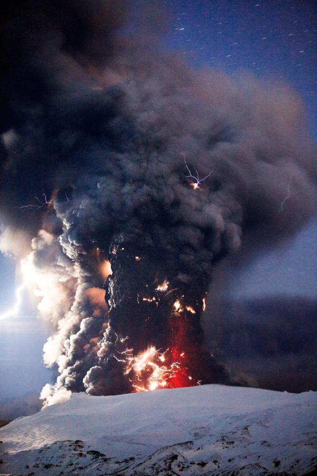 © gnuckx Follow/flickr  Вулканические молнии образуются вовремя извержения вулканов из-за сто