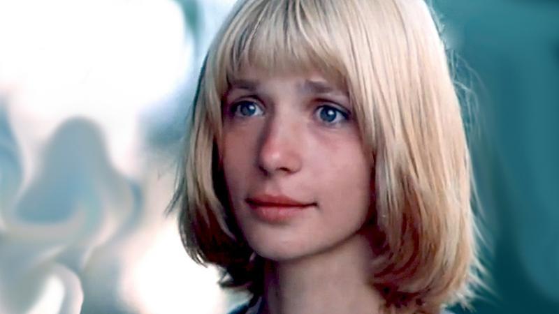 Вера Глаголева родилась в Москве в 1956 году в семье учителей. Первую роль в кино она сыграла в 1975
