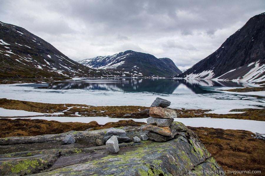 8. Но перед этим делаем несколько кадров на берегу озера с труднопроизносимым названием Djupvatnet.